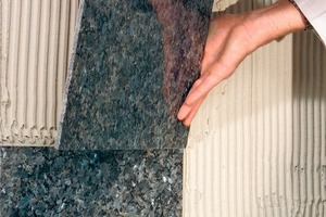 Die Fassadendämmung kann auch durch Aufkleben von Natursteinplatten vor mechanischen Belastungen geschützt werden<br />