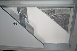Rechts: An den Schienen werden Platten je nach Bauherrenwunsch montiert