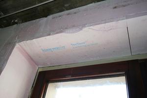 Auf die mit dem Grundputz Lehm vorbereitete Wand brachten die Handwerker die für Fachwerk entwickelte Dämmplatte TecTem Insulation Board Indoor Historic auf