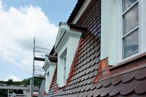 Auch an den Dachgauben kam als Oberputz die eigens entwickelte Sonderrezeptur Rajasil Spritzputz grob zum Einsatz<br />