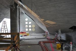 Die runden, in den Dämmbeton gebohrten Lichtöffnungen (Bullaugen)<br /><br />