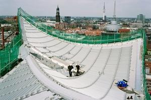 Dachdeckerarbeiten auf dem Saaldach im Mai 2011