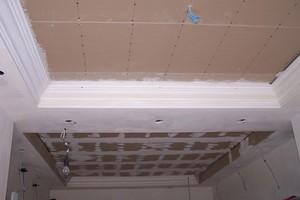 5 Durch die Stuckelemente wird die Decke gegliedert und Raum für Einbaustrahler gewonnen<br />
