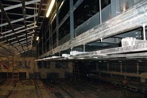 """Die akustisch wirksamen Deckensegel hängten die Trockenbauer über dem Zuschauersaal mit Gewindestangen drucksteif an der Rohbaudecke ab<br /><span class=""""bildnachweis"""">Foto: Trockenbau München</span>"""