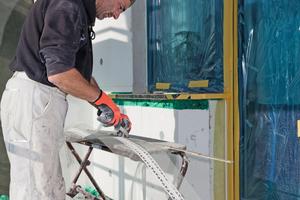 Das Kantenschutzprofil von der Rolle sorgt bei der Verarbeitung für einen fugenlosen Kantenschutz<br />Fotos: Protektorwerk<br />