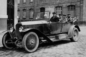 Parkplatznot ist kein Phänomen unserer Tage: Schon Anfang des 20. Jahrhunderts – dem Beginn der Massenmotorisierung – war dies ein Problem, das zum Bau der ersten Parkhäuser führte<br />Foto: Peugeot<br />