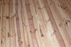 Die Dielenböden des Cranachhauses, noch roh, nach den Schleifarbeiten (links). Mit Ölen oder Alkydharzlacken wird das Holz stärker angefeuert. Mit wasserfesten Lasuren können Flächen farbig gestaltet werden (rechts) <br />