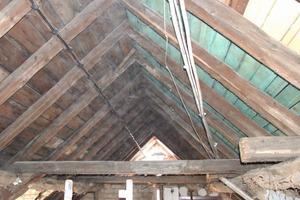Blick in den historischen Dachstuhl mit den 100 mm hohen Sparren und der hier als Mittelpfette ausgebildeten ebenfalls 100 mm hohen Versteifung<br />