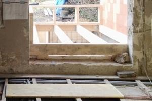 Links: Die Öffnung des Gartenfensters wurde vergrößert, um einen Durchgang zum Anbau zu schaffen. Außerdem nahmen die Handwerker die Holzdielen auf, um darunter neue Rohre, Kabel und Dämmung zu verlegen<br />Fotos: Björn Martenson