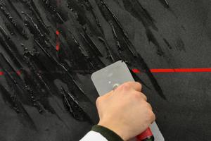Batzen von etwa 1 cm Höhe und 10 cm Länge diagonal aufbringen