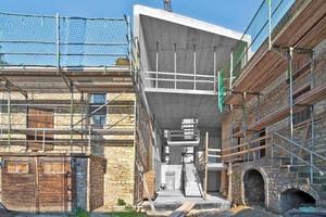 Den Verbindungsbau zwischen dem Wirtschaftsgebäude und der Scheune führten die Mitarbeiter der Bauunternehmung Gemünden in moderner Form mit Stahlbeton und Glas aus