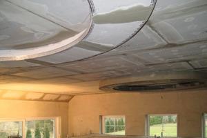 Die Mitarbeiter des Trockenbauunternehmens Lengger Montagen montierten die runden Deckenelemente aus zementgebundenen Bauplatten Fotos: Knauf Perlite