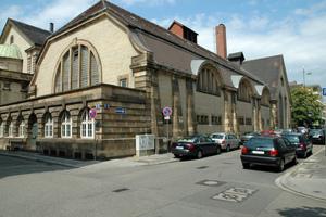 """Die alten Holzfenster des historischen Mannheimer Herschelbades, das im Krieg zerstört wurde, waren teilweise provisorisch durch Glasbausteine ersetzt worden<span class=""""bildnachweis"""">Foto: VFF/N. Gladrow, Stadt Mannheim</span>"""