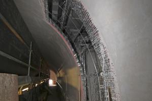 Baustelle Staatsoper: Die neu gespannte Rabitzdecke trägt die Stuckelemente und die Akustikplatten