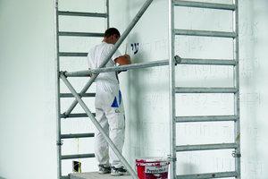 Daneben: Nachdem die Holztafeln eingeputzt und weiß überstrichen waren, hob der Maler die Schriftzeichen mit dunkelblauer Farbe hervor