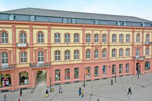 """1879 bis 1892 entstand am Trierer Kornmarkt das Post- und Telegraphengebäude der Kaiserlichen Oberpostdirektion. Mit der Erweiterung in den Jahren 1909 bis 1911 entstand das Gebäudeensemble, das in den vergangenen Jahren saniert und zur """"Neuen Mitte"""" Triers ausgebaut wurde<span class=""""bildnachweis"""">Foto: Gilbers &amp; Baasch</span>"""