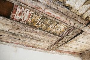 Bemalte Holzdecken waren unter Sauerkrautplatten versteckt