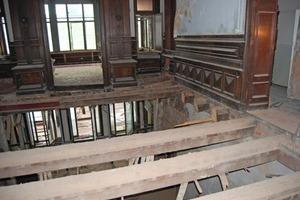 Die stark geschädigten Holzbalkendecken wurden zum Teil komplett ausgewechselt oder einer Schwammsanierung unterzogen<br />
