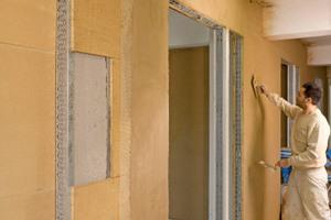 Um beim Innenausbau Q3-Oberflächen zu erreichen, verwendeten die Mitarbeiter der Firma Stuck &amp; Akustik Weck einen praktisch ohne Korn neu entwickelten Lehmspachtel<br />Fotos: Claytec / Thomas Koculak