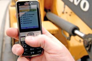 Über Handys erfassen Handwerker ihre Arbeitszeiten, die online auf die virtic-Server übertragen werden. Die Daten werden anschließend ohne Zeitverzug weiterverarbeitet<br />Fotos: virtic<br />