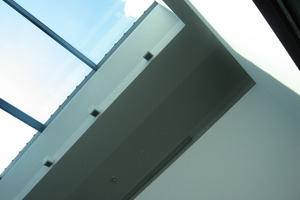 Blick hinauf zum Glasdach im Innenhof<br />