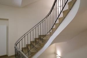 """Im Treppenhaus ist noch der """"Geist"""" der 1960er Jahre spürbar. Das Geländer wurde um einen Edelstahlhandlauf erhöht<br />"""