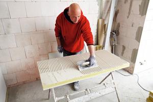 Zur energetischen Sanierung verklebten die Handwerker das leistungsstarke Innendämmsystem der WLG 019 Aerorock ID vollflächig auf das für die Klebemontage vorbereitete Mauerwerk<br />Fotos: Deutsche Rockwool<br />