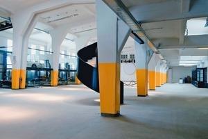 Heute kann man in der großen Verladehalle im verglasten Boxensystem Liebhaberfahrzeuge sehen. Die Halle ist jedoch so groß, dass sie sich auch für Veranstaltungen mit bis zu 600 Teilnehmern eignet<br /><br />