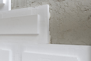Gehsteigseitig gelegene Fassadenflächen werden im Rahmen der Modernisierungsarbeiten mit einer schlanken Vakuum-Dämmung versehen