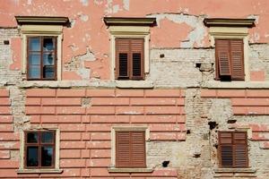 Vor der Sanierung zeigten die Fassaden des Schlosses deutliche Schäden in Form von abgeplatztem Kalkputz und Fehlstellen im darunter liegenden Ziegelmauerwerk<br />