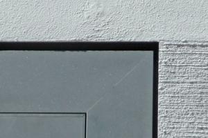 Eine Herausforderung waren die Anschlüsse des Putzes an die bündig eingebaute Aluminium-Glasfassade im Erdgeschoss