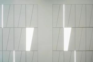 Zusammenspiel der rechteckigen Unterkonstruktion und der Trapeze unter der Decke⇥Fotos: OWA