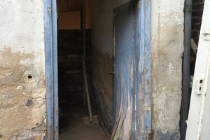 Vorgefundene verrottete Tür zum Innenhof