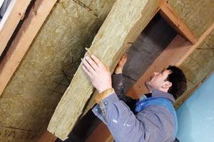 Die vollständige Dämmdicke setzt sich unterm Dach aus zwei Lagen zusammen: 120 und 140&nbsp;mm Schrägdachdämmung<br />