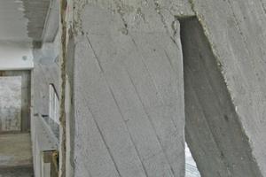 Die Brettschalung wurde in den noch frischen Mörtel gedrückt. Das sich abzeichnende Brettmuster in der Verschalung muss noch sandgestrahlt werden<br />Foto: Vera Lisakowski / koelnarchitektur.de