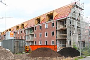 """Zum Garten hin wurden die Ziegelfassaden der Häuser in der Hamburger Hafenarbeitersiedlung """"Weltquartier"""" zum Teil geöffnet<br />Foto: fischer"""