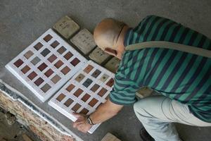 """Der Kunsthistoriker Vladimir Markovic bei der Farbtonbestimmung für Ziegelrestaurierung und Neuverfugung der """"Römischen Fassade"""""""