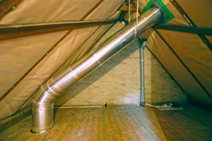 Das von einer prismatischen Acrylkuppel auf dem Dach gesammelte Tageslicht wird auf der Innenseite einer Röhre reflektiert bis es schließlich am Ende des Systems aus der Decke austritt