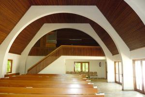 Die Aussegnungshalle vor dem Umbau (Blickrichtung Orgelempore)<br />