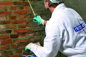 Aufbringen einer Flächenabdichtung als begleitende Arbeit zu einer Mauerwerks-injektion