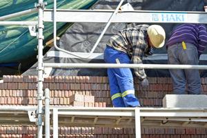 Auch die Ziegelfassade des kleinen Häuschens ist durch Spezialanker beweglich mit der Betonwand verbunden