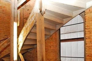 Unsanierte gewendelte Holztreppe<br />
