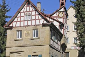 Hier wird ein Gewölbe unter einer Treppe nach historischem Vorbild neu aufgebaut