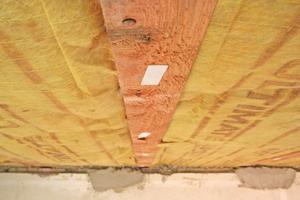 Die Klett-Aufkleber werden in einem Abstand von etwa 30cm an die Lattung geklebt