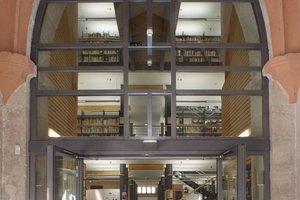 Oben links: Durch das gläserne Portal sieht man schon von weitem die neue Bibliothek in der Jakobikirche<br />Daneben: Die beiden neuen Funktionstürme am Eingang sind mit einer Holzschalung beplankt