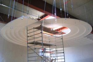 Die Formteile der Kuppel werden ohne Unterkonstruktion direkt von der Rohbaudecke abgehängt. Segment für Segment setzten die Trockenbauer der Mänz+Kraus Ausbau GmbH die Kuppel aus Ringen zusammen