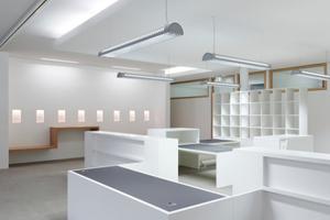 Im Bürgerbüro unterm Ratssaal empfangen die Besucher frei im Raum platzierte Besprechungstresen<br />Foto: Zooey Braun