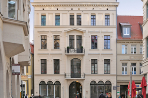 Die klassizistische Putzfassade wurde restauriert und von innen gedämmt