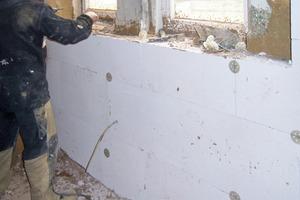 Sobald der Lehmausgleichsputz ausgetrocknet war, begann die Verarbeitung der Mineraldämmplatten, die im Fugenverband auf den ebenen und trockenen Untergrund geklebt und zusätzlich mit vier Schraubfestigern pro m² im Fachwerkholz befestigt wurden<br />