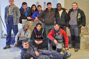 """Die Teilnehmer des Projekts """"Berufsstart Bau""""am Handwerksbildungszentrum Brackwede lernten in Bielefeld im Jahr 2013 die Berufe der Baubranche kennen Foto: HBZ Brackwede"""